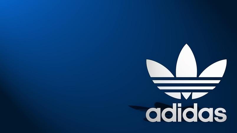 эмблема Adidas в виде трилистника с тремя полосками.