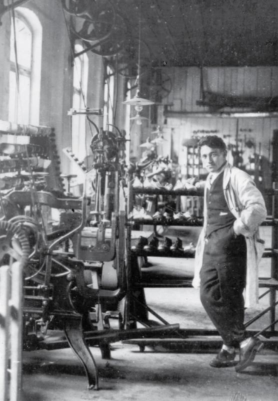 Адольф и Рудольф открыли «Обувную фабрику братьев Дасслер»