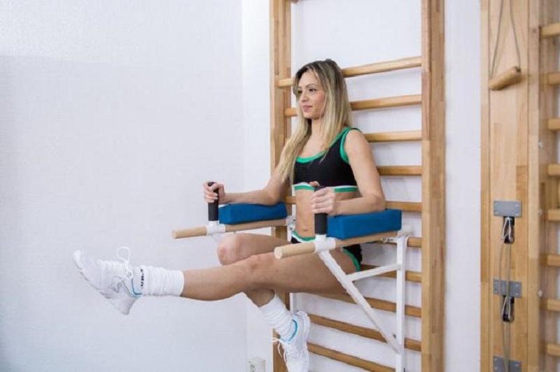 Тренировку пресса (подъем ног) с локтевым упором
