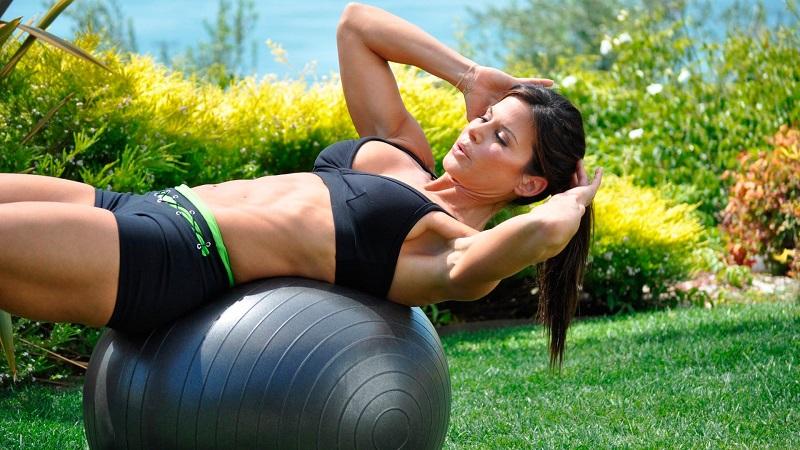 13 упражнения с фитболом