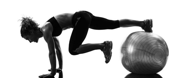 13 упражнения с фитболом для крепкого и красивого пресса