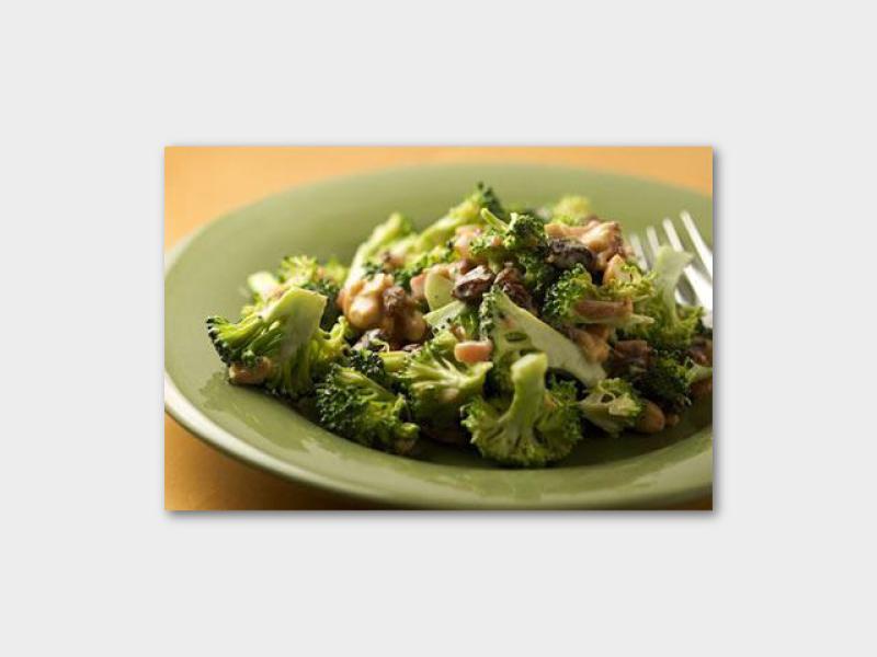 Салат с брокколи, арахисом и куриной грудкой