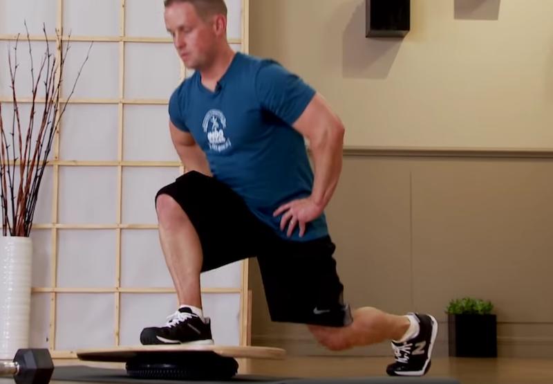 Баланс борд: упражнения — Приседания, усложнение №2.