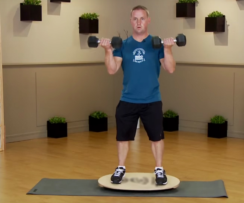 Баланс борд: упражнения — Подъемы гантелей на бицепс стоя.