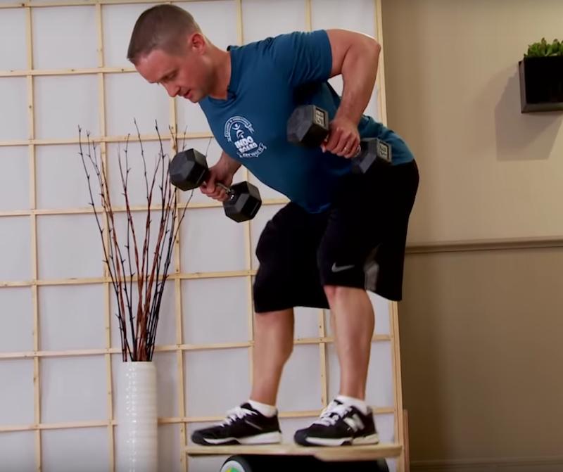 Баланс борд: упражнения — Тяга гантелей в наклоне.