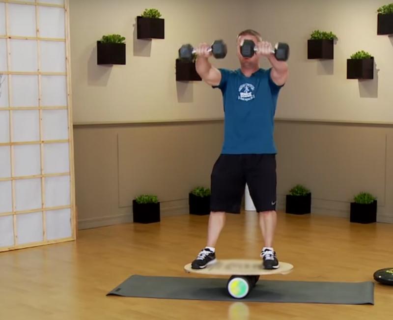 Баланс борд: упражнения — Подъемы перед собой.
