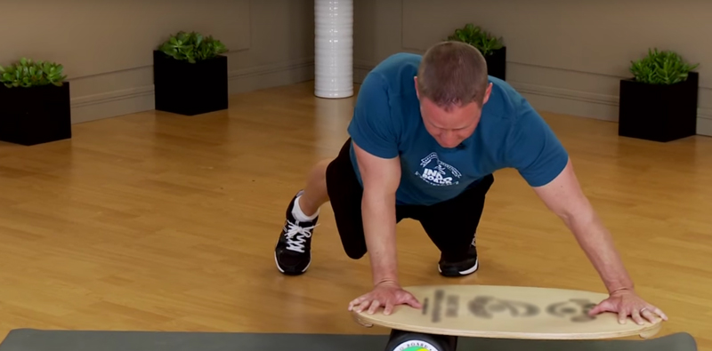 Баланс борд: упражнения — Отжимания, с прокатами в стороны.