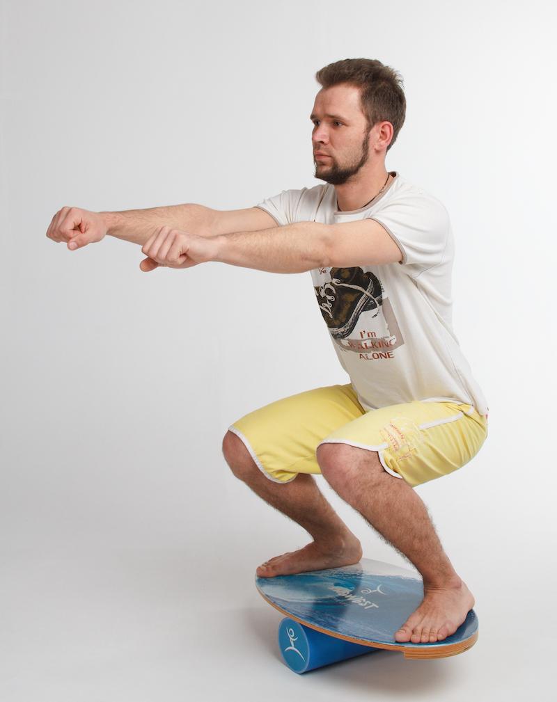 Баланс борд: упражнения — Приседания, стандартные.