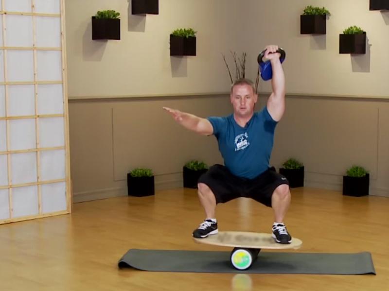 Баланс борд: упражнения — Приседания, усложнение №1.