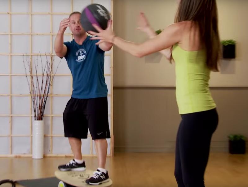 Баланс борд: упражнения — Броски медбола.