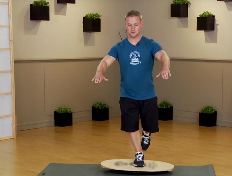 Баланс борд: упражнения — Приседания, усложнение №3.