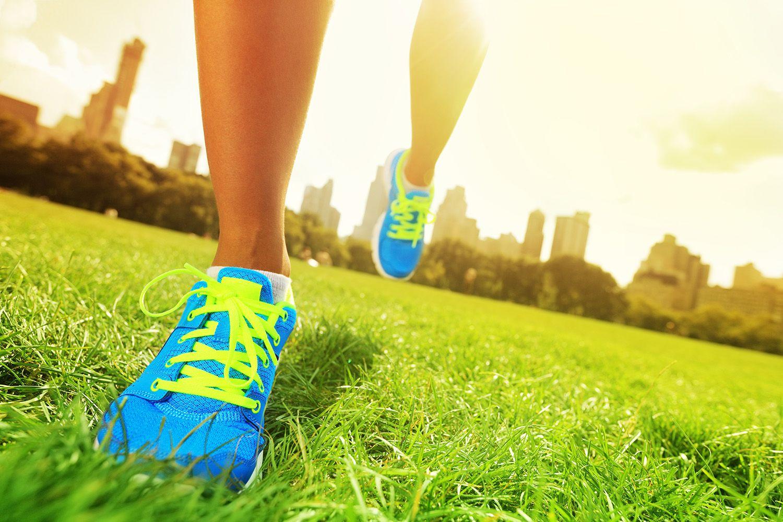 Подошва у вашей обуви должна быть более ровной и в меру эластичной, с небольшим каблуком.
